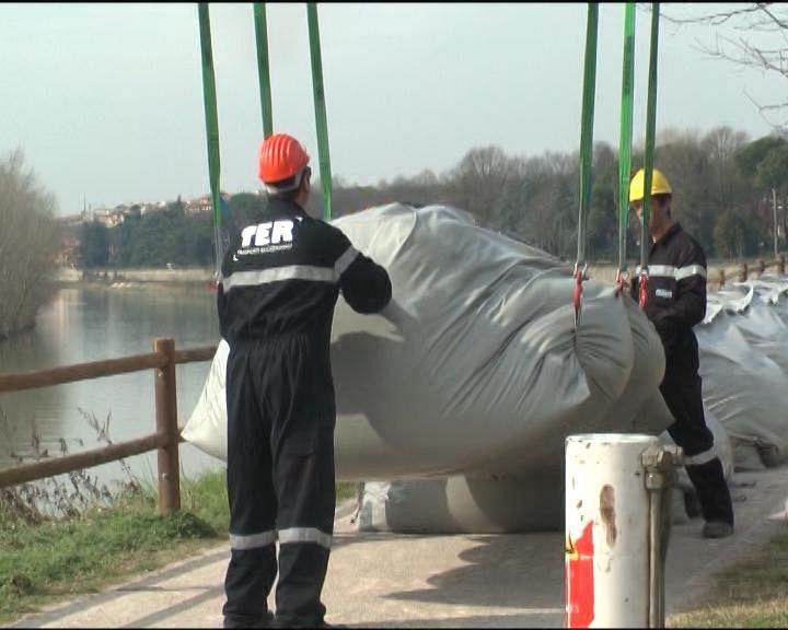 Arno gli argini gonfiabili antialluvioni attualit firenze for Gonfiabili pistoia