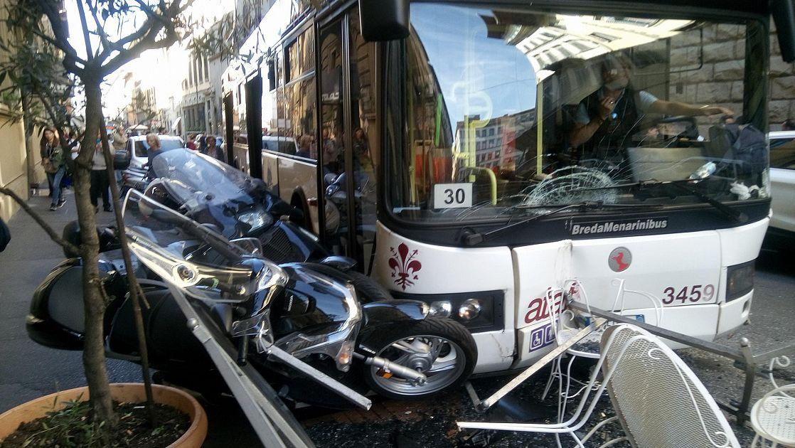 Autobus contro auto e moto in pieno centro cronaca firenze for Bagno a ripoli firenze bus
