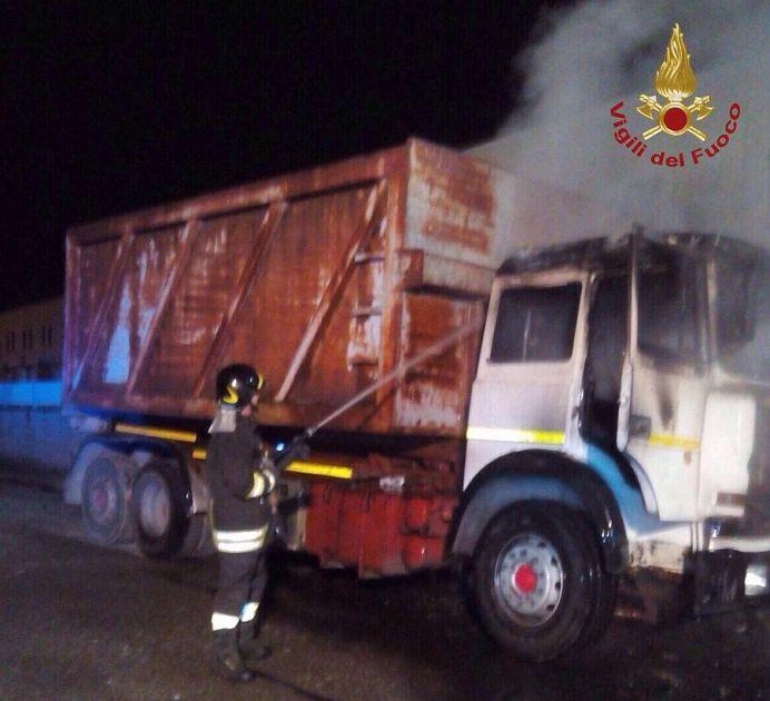 Camion distrutto dalle fiamme cronaca santa maria a monte for Monte alloro affitti di cabina