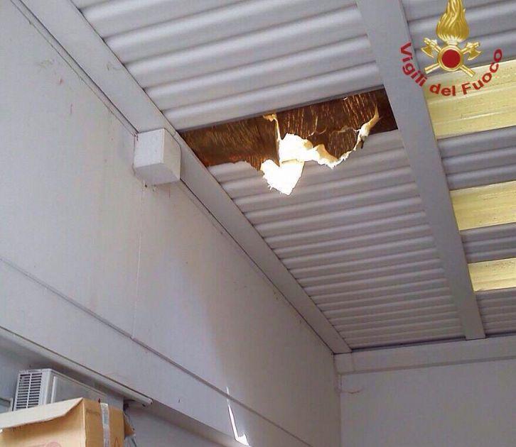 Cede il tetto operaio precipita nel capannone cronaca for Capannone tetto spiovente