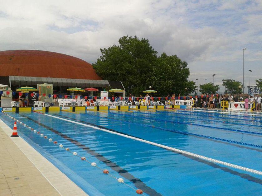 Nuoto e beneficenza inaugurano la piscina aperta - Piscina comunale livorno corsi acquagym ...