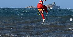 All'Elba Babbo Natale arriva in kitesurf - VIDEO