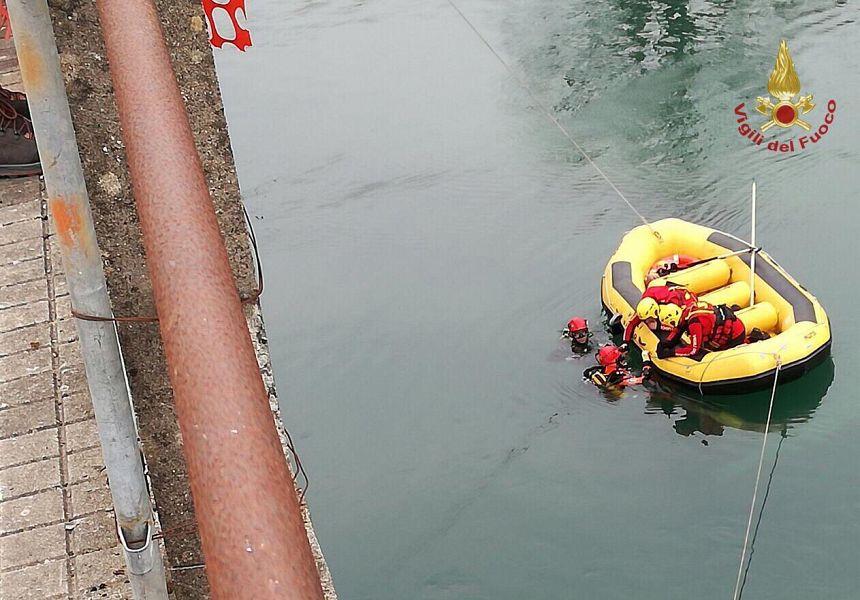 Auto sfonda parapetto e precipita nel fiume Serchio. Recuperati due corpi