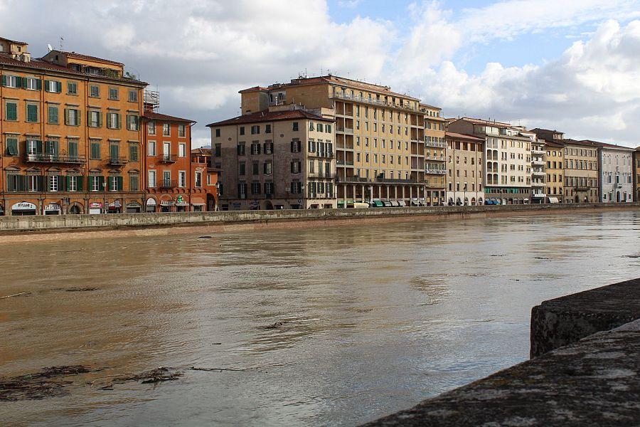 Maltempo, Arno in piena a Firenze