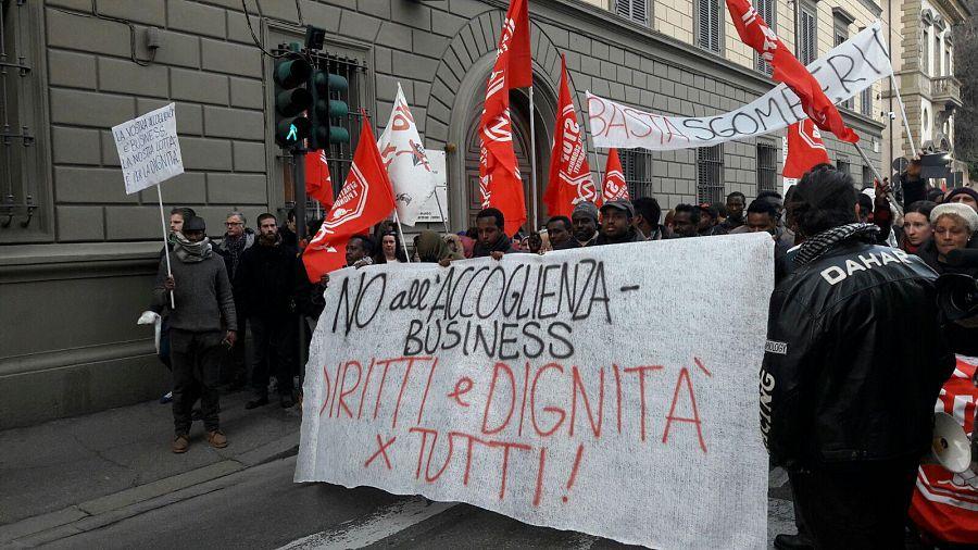 Firenze, corteo di migranti in centro: 'Stop business dell'accoglienza'