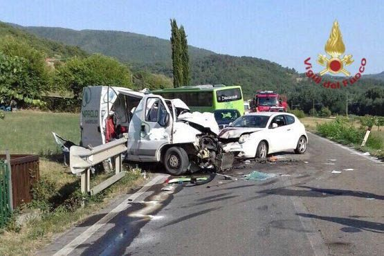 Incidente tra bus, furgone e quattro auto nell'Aretino, 60 feriti