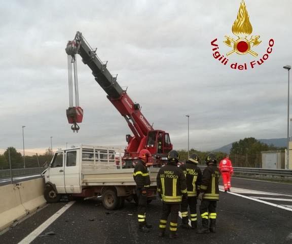 Scontro fra auto e furgone, un morto sulla Firenze-Mare