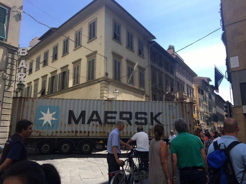 Firenze, tir contromano blocca il traffico