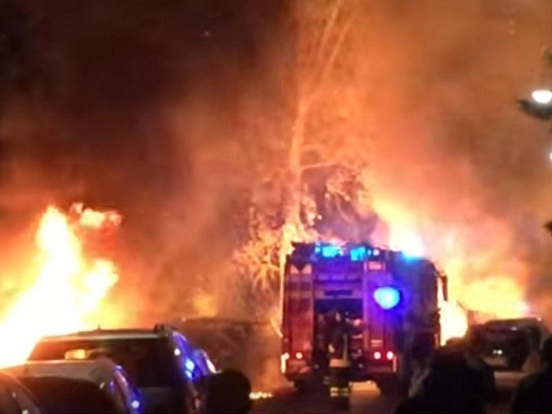Pisa, a fuoco un camper in sosta a Tirrenia forte esplosione