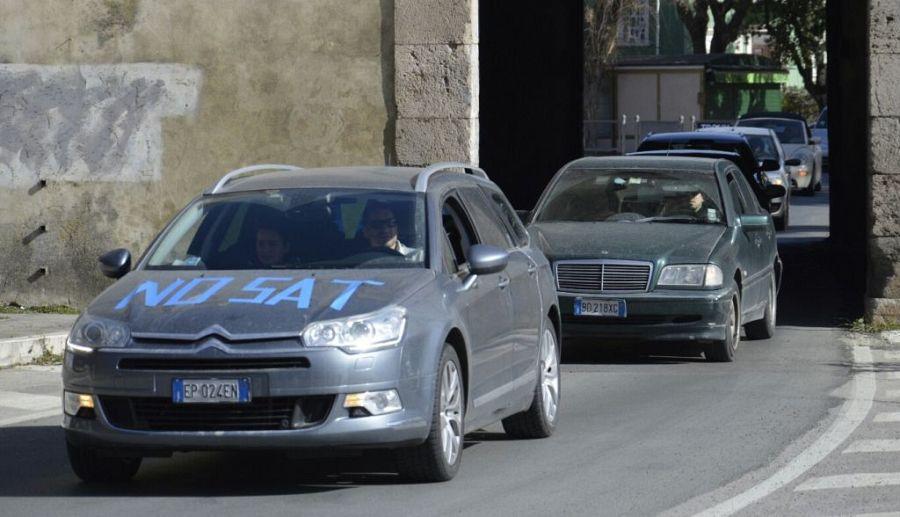 Due serpentoni di auto per dire no alla Tirrenica
