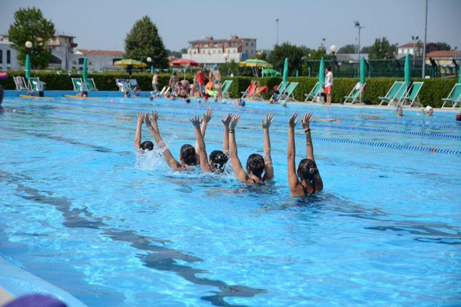 La magia del nuoto sincronizzato sport pontedera for Piscina pontedera