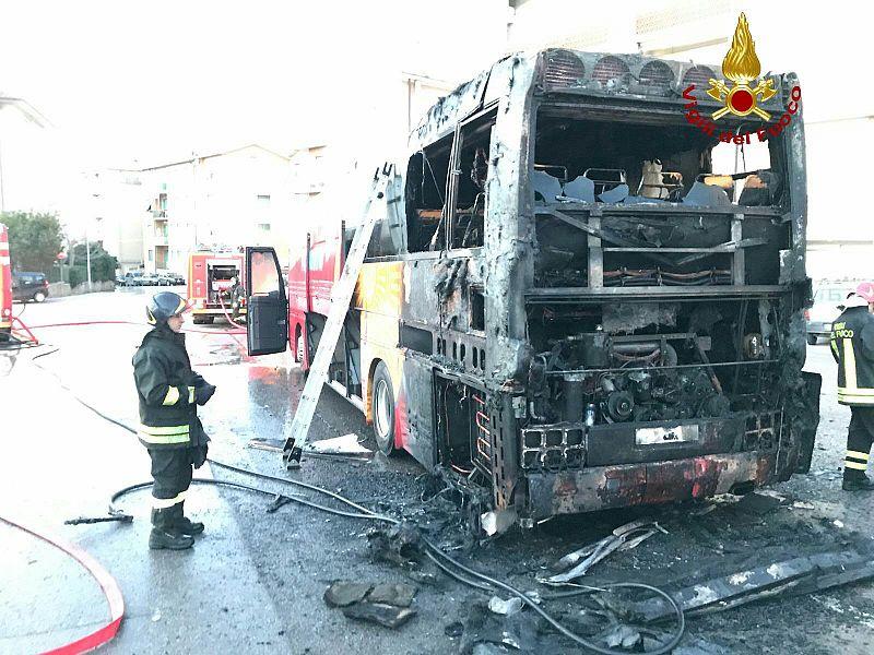 L'autobus prende fuoco, paura a bordo