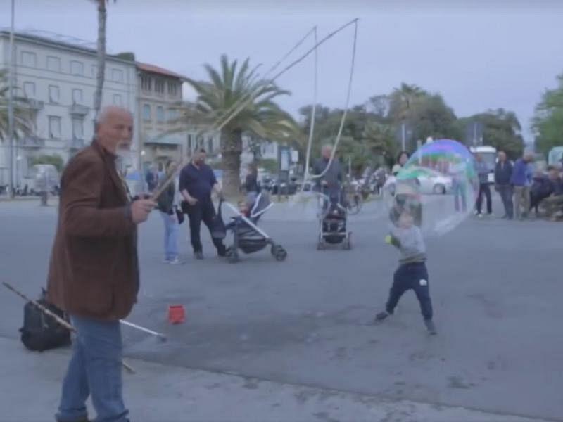 Artista di strada minacciato, bagnato e offeso a Viareggio