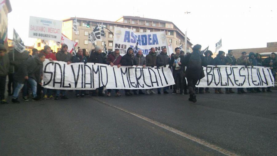 Milano, gli ambulanti protestano: furgoni e striscioni in centro, traffico in tilt