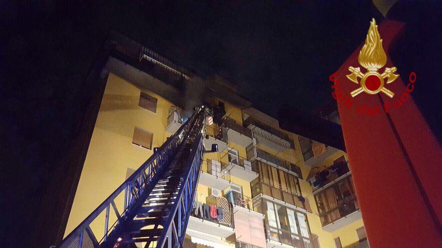 Fiamme in un appartamento, due ustionati e palazzo evacuato