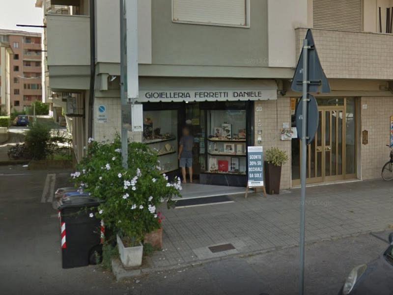 Pisa, rapina in gioielleria: il negoziante spara, morto un bandito trentenne