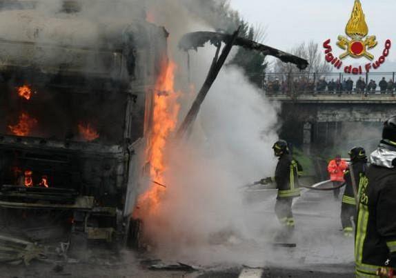 Tir in fiamme su A1, chiusa corsia sud