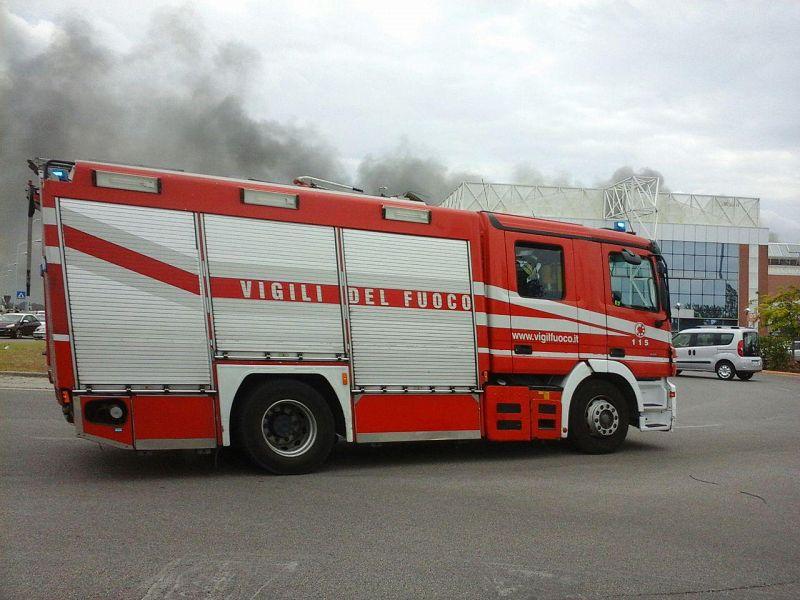 Pisa, incendio al centro commerciale: nube di fumo, evacuati i clienti