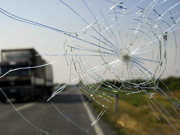 Parabrezza lesionato, fermato il bus della gita