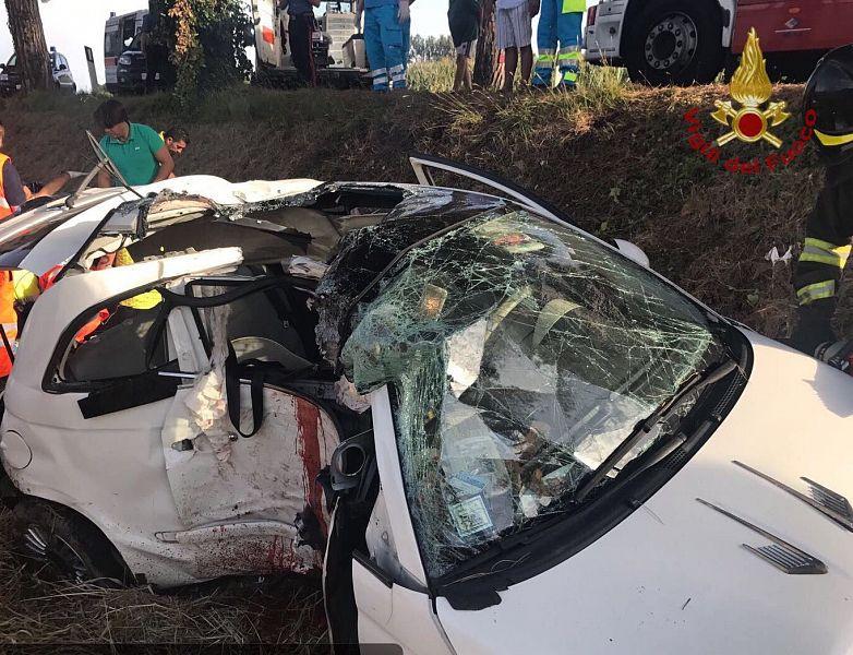 Nel pisano muoiono due giovani su una Fiat 500