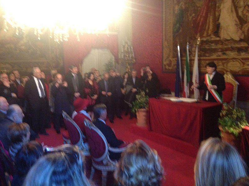 Renzi a Palazzo Vecchio, poi esce e se ne va in bici
