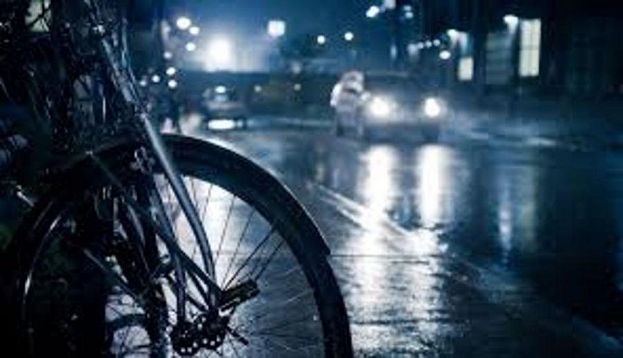 Auto investe quattro giovani in bici: muore un ciclista