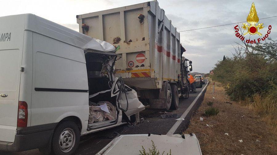 Incidenti stradali: furgone tampona camion, un morto