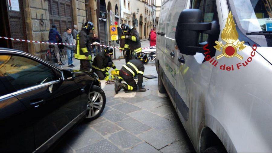 Firenze: pedone investito da furgone in retromarcia. Resta incastrato sotto il mezzo