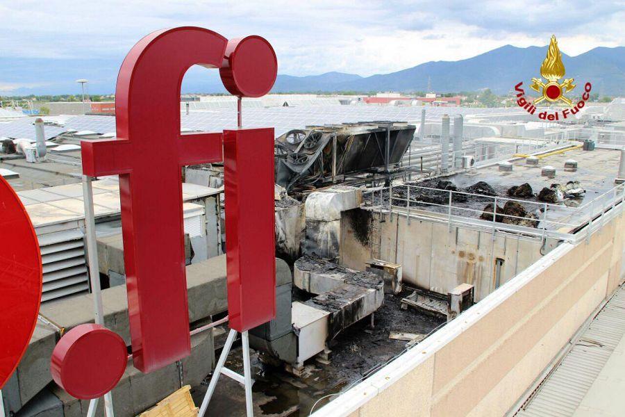 Navacchio, incendio al Centro dei Borghi: stabile evacuato