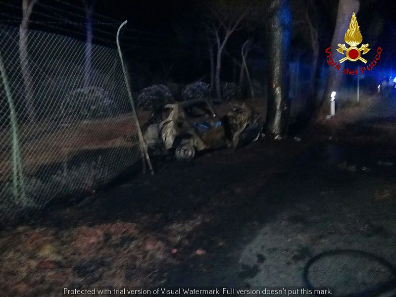 Grosseto, auto contro un pino nella notte: tre morti carbonizzati