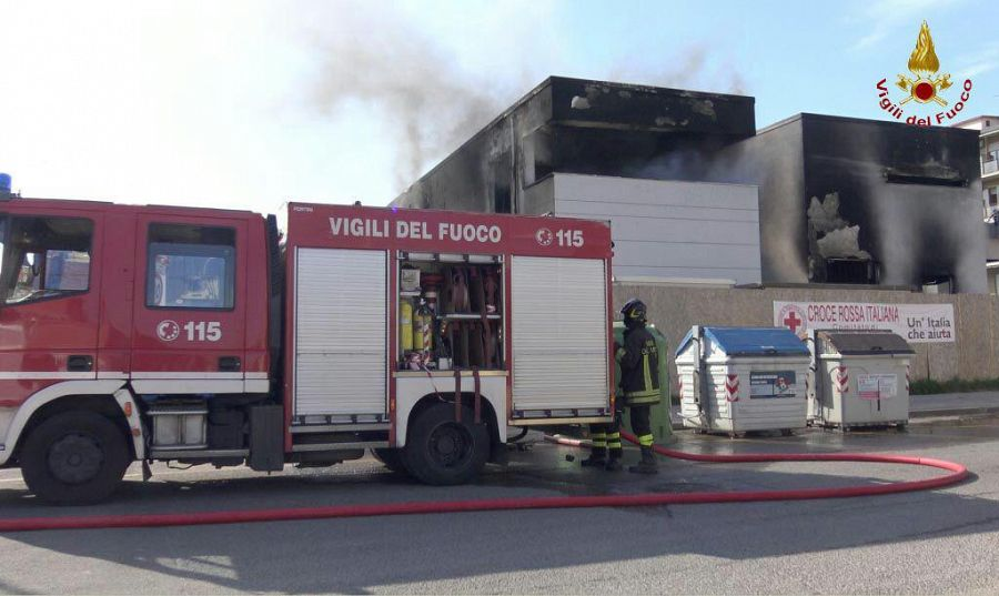 Gli operai al lavoro nel cantiere in fiamme