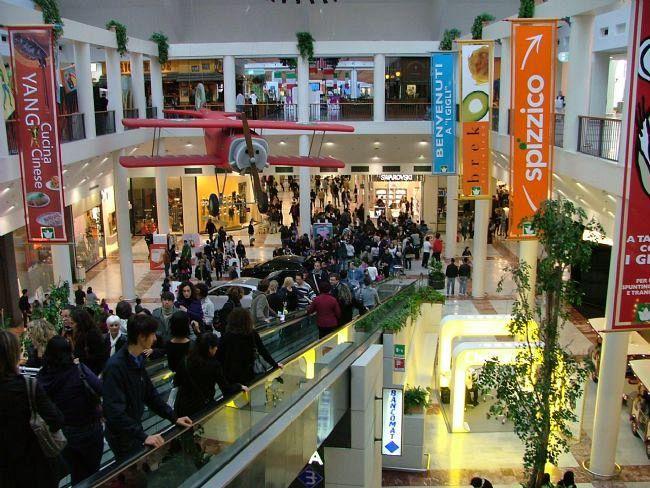 Suona l'allarme antincendio al centro commerciale