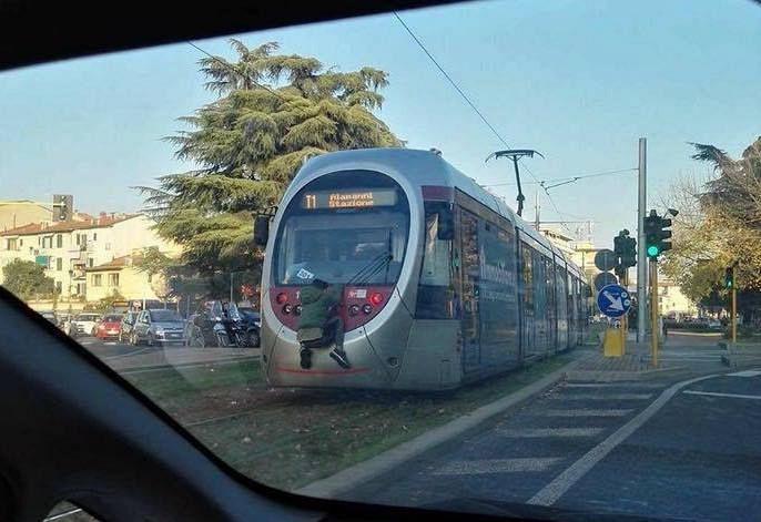 300 metri attaccato al tram: la folle bravata diventa virale