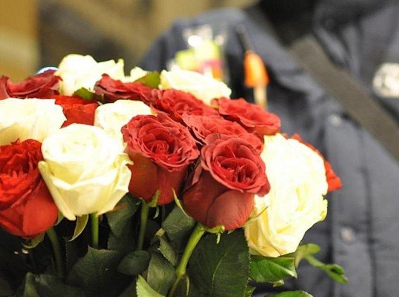 Molestata dal branco e salvata dal venditore di rose