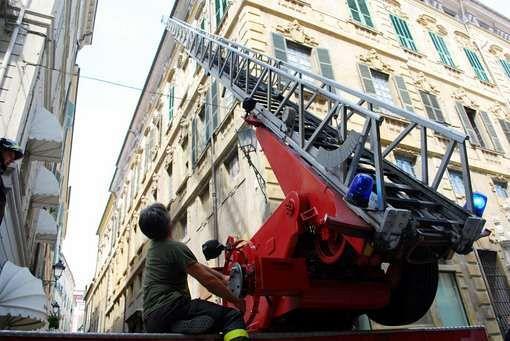 Dante, adolescente sul parapetto: salvato dai pompieri