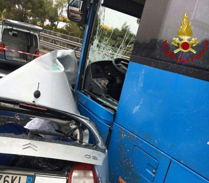 Scontro tra un'auto e un bus: un morto