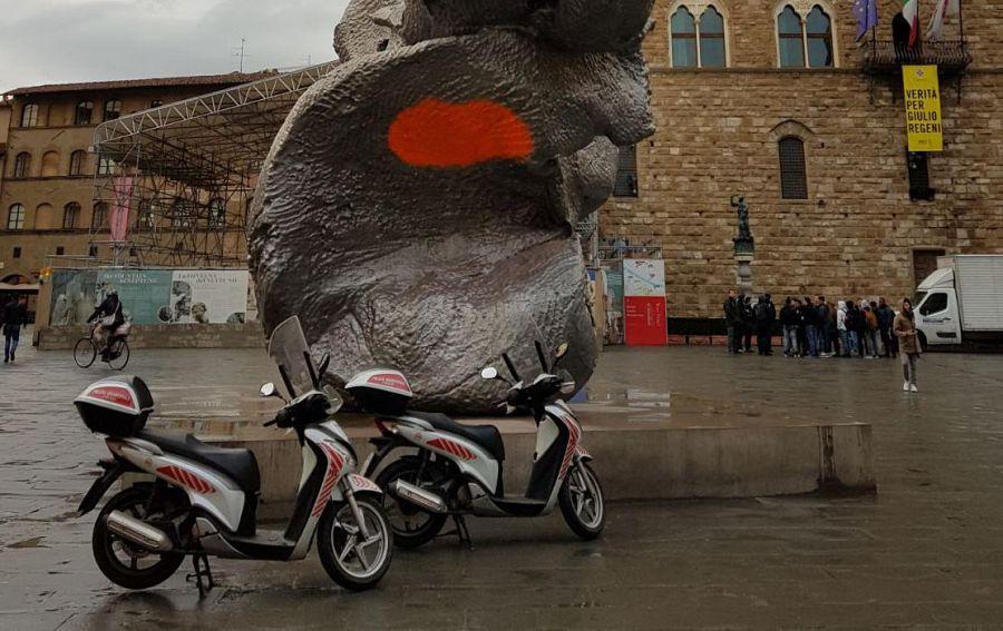 Firenze, imbrattato il colosso di Urs Fischer in Piazza della Signoria