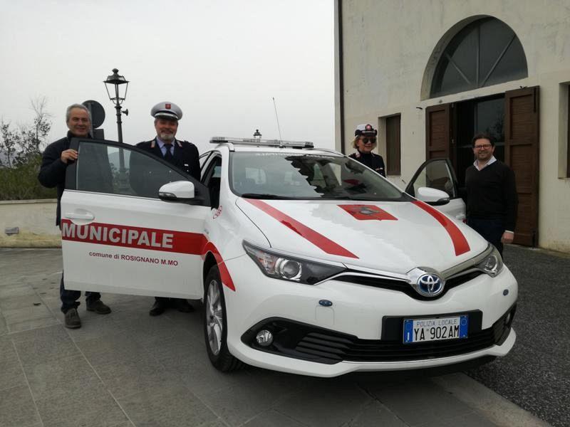 Una auto ibrida per la polizia municipale cronaca for Garage per due auto e mezzo