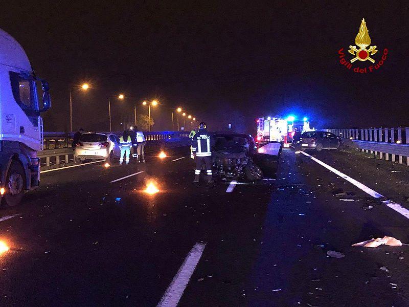 Schianto nella notte sull'Autostrada del Sole, quattro feriti