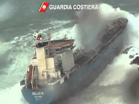 Cargo incagliato a Livorno durante la mareggiata