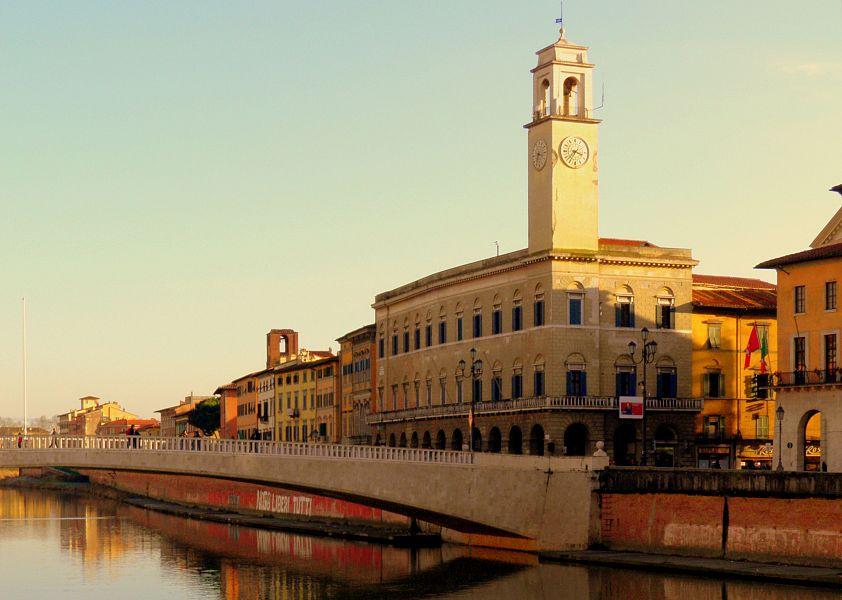 Tenta di evitare l'arresto gettando la droga in Arno: recuperata dalla Polizia