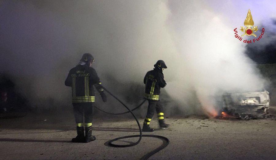 Incendio nella notte, due auto distrutte e una danneggiata