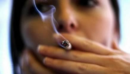 Fumo e giovani: le ragazze consumano più sigarette dei maschi