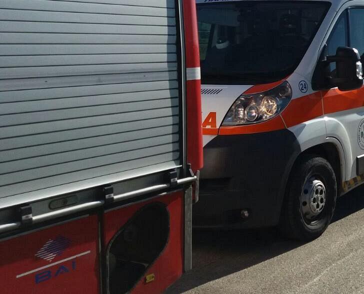 Incidente in piazza Manno, un'auto si ribalta sull'asfalto