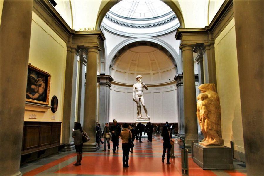 Sconcerto alla Galleria dell'Accademia: nudo davanti al David di Michelangelo