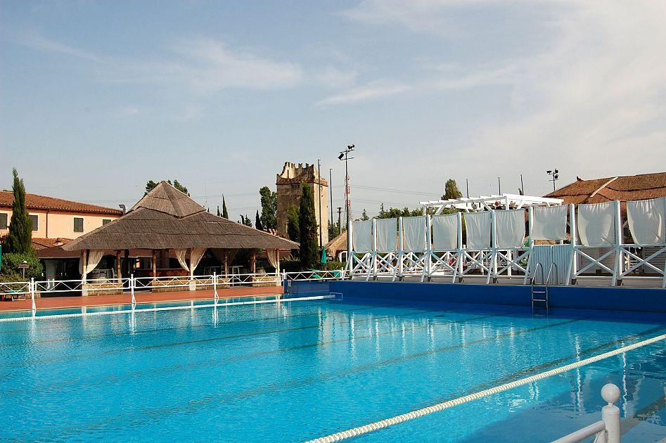 Primi tuffi in piscina cronaca valdera for Riparare piscina