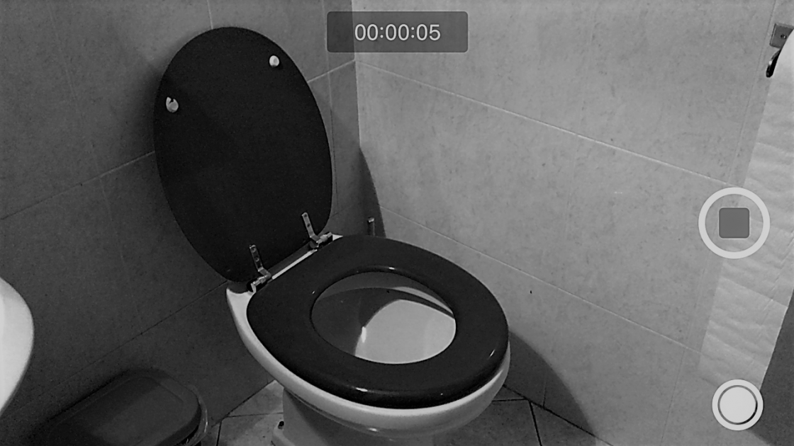 Camuffa il telefonino per spiare le donne in bagno - Le donne in bagno ...