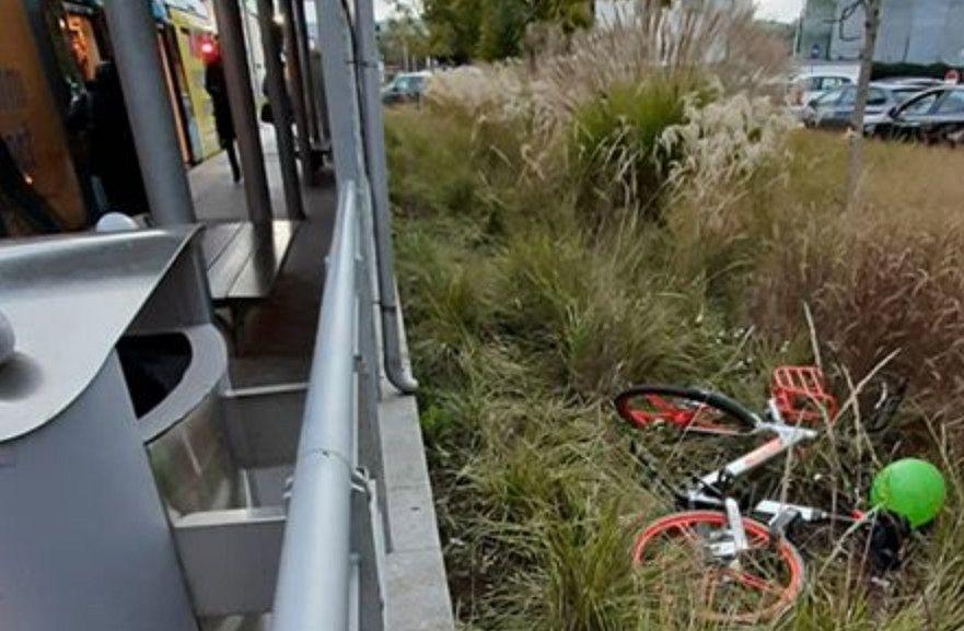Mobike gettata nell'erba alla fermata del tram - Qui News Firenze