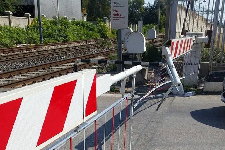 Problemi al passaggio a livello, treni cancellati - Toscana Media News