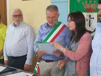 Il giuramento del sindaco Andrea Gelsi , a sinistra Ruggero Barbetti e a destra la segretaria comunale Antonella Rossi